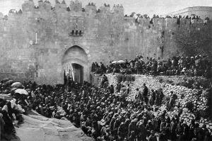 Ünnepi körmenet a régi Byzánc falai alatt, mikor a szultán születésnapján felvette a