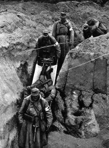 A lövészárokból elviszik a sebesülteket
