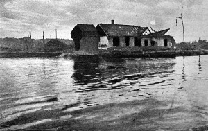 Szétlőtt ház a Duna partján