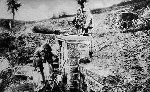 Magukra maradt szerb leányok egy moravavölgyi forrásnál