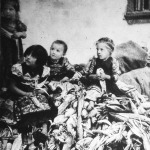 Kukoricahántó gyerekek