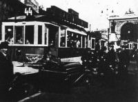 A 44-es villamos és egy autó karambolja a Baross-téren
