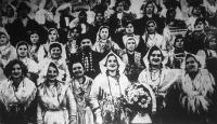 A littoriai parasztasszonyok díszes népviseletbe öltözve várják Mussolini látogatását.