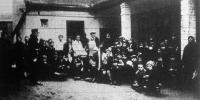 Ersching József csepeli mészárosmester hat héten át kétszáz szegény gyermeknek ad - saját kezűleg - remek gulyást és kenyeret.