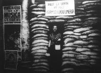 A madridi női fodrászüzletben zavartalan a munka, mindössze homokzsákokkal védik az üzletek bejáratát az esetleges repülőbombák ellen.