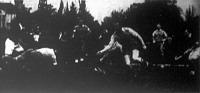 A berliniek (sötét ingben) támadása a MAC kapuja előtt