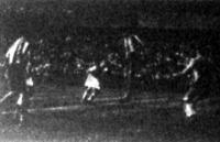 Toldi az első gólt fejeli a Slavia kapujába