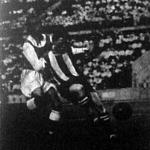 Sindelar és Sárosi küzdelme a labdáért a bécsi Austria-Ferencváros (4-1) mérkőzésen