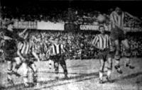 Székely (jobbra) fejeséből születik a Ferencváros első gólja. A képen balról Angyal, Kiss, Balogh és Sárosi látható