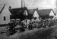 A Tour de Hongrie résztvevői áthaladnak Mezőberényen