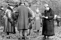Dr. vitéz Kovács Jenő a Kormányzó vadászatán, Gödöllő, 1944. január .Balról jobbra: vitéz nagybányai Horthy Miklós kormányzó; háttal nagybányai Horthy Jenő, a kormányzó testvére, híres Afrika-vadász( http://www.vasiszemle.t-online.hu/2007/02/kovacs5.jpg )