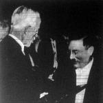 Gusztáv Adolf svéd király átnyujtja Debye professzornak a kémiai Nobel-díj diplomáját