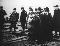 Ifj. Horthy István (1) miniszteri tanácsos, a MÁVAG vezérigazgatója és Bornemisza Géza (2) iparügyi miniszter megtekintette a lispei petroleum-fúrásokat.