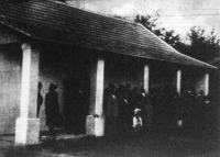 Vitéz Imrédy Béláné, a miniszterelnök felesége adta át a szolnokmegyei Vezseny községben két sokgyermekes családnak az ingyenházakat.