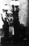 Az Anschluss ünneplése Salzburgban: a lelkesen tüntető lakosok még az uccai lámpák talapzatát is elfoglalták és úgy várták Hitler érkezését.