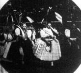 Ceglédberceli lányok zászlók alatt vonulnak fel az Országzászló elé a névtelen magyarok gyűlésére.