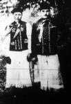 Komárommegyei legények ünnepi díszben