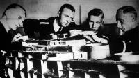 A német haditengerészet jövendő tisztjei maketten tanulják a hajó szerkezetét és beosztását.