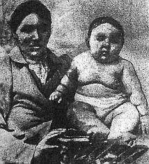 Ez a kép Kutna asszonyt és hat hónapos Steffa nevű fiát mutatja be.