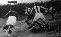 Sziklai kapus elfogja a labdát Sárosi elől, aki később bordatörést szenvedett