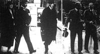 Chamberlain miniszterelnök feleségével (1), Lord Halifax külügyminiszter (2) és Eden volt külügyminiszter barátjáva (3) haladnak a Downing Street felé
