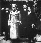 A Budapestre érkezett Cianót Teleki Pál kultuszminiszter (balre) és az új külügyminiszter, CsákY István fogadja