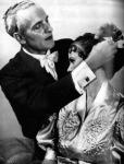 Antoine készíti a legújabb frizurákat 1938. Párizs (glassoffashion.wordpress.com)