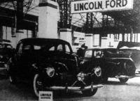 A Lincoln-Zephyr bemutatása az autókiállításon - nagy feltűnést keltettek a Ford és a MÁVAG-FORD-kocsik.