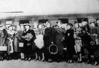 Kassai leányok Pausz Béláné vezetésével megérkeznek az első budapesti bálozásukra; a Széchenyi- és a Vitézi bálon ők lesznek a megnyitó párok.