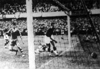 Toldi a második gólját szerzi