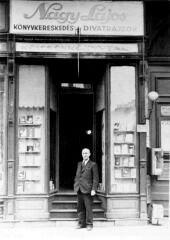 Nagy Lajos a könyvkereskedése előtt