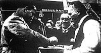 Béllye község - ahol a találkozó lezajlott - bírája sóval és kenyérrel kínálja Ciano grófot