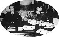 Ribbentrop német külügyminiszter aláírja a Memelvidék átvételi szerződését. Mellette Urbys litván külügyminiszter ül