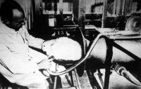 Nyúltenyésztő Intézet: a csőből meleg levegő áramlik a nyúlra. A tölcsér pedig felszívja a kihulló szőröket.