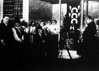 Horthy Miklós kormányzó hitvese megnyitotta a háziipari kiállítást;