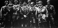 Hitler vezér és kancellár ejtőernyős vadászcsapata körében