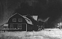 Égő falu a fehér éjszakában