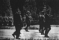 Hitler döntésére ugyanabban a compiegne-i erdőben s ugyanabban a vasúti kocsiban zajlottak le a tárgyalások, mint 1918 novemberében, csak a győztes és a vesztes cserélődött ki. A képen a Vezér és kísérete a híres kocsi előtt