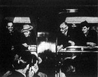 Csáky és Teleki feleségeikkel az elutazás előtt a vonatablakban