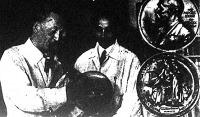 Szent-Györgyi Albert a finneknek adja Nobel-érmét