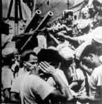 A postarepülő ledobta a hajó fedélzetére a hazulról jött postát