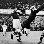 Az első gól, Sárosi átfejeli a labdát a késlekedő Ballabio felett