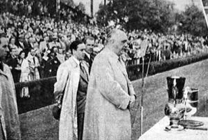 Vitéz Ginzery társelnök átadja a kupát a győztes Szolnoknak
