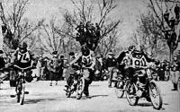 Start - A versenyzők betolják a motorokat