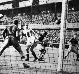Sárosi Béla fejeli kapura a labdát - Solymosi, Záborszky, Sárosi Béla, Krasznai és Gyetvay van a képen