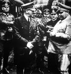 Hitlerrel szemben Göring áll, mögöttük balról jobbra Keitel, von Brauchitsch, dr. Dietrich sajtófőnök és Raeder nagyadmirális. A képaláírás szerint ők a német sors irányítói