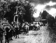 Diadalkapuval fogadják honvédeinket egy podóliai községben