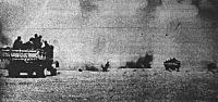 Olasz csapatok az ellenséges repülők bombazáporában