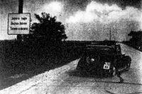 Az oszlopon magyar, német és olasznyelvű felirat figyelmezteti a Budapestről vidékre haladó járómű vezetőjét. Az autó a burkolatra mázolt nyíl irányát követi ez baloldalról áttér az úttest jobboldalára. (Inkey felv.)
