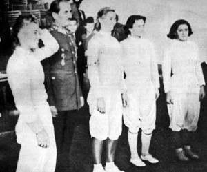 A magyar hölgyek a kapitányukkal - Gündisch Ingeborg, Jekelfalussy György vívókapitány, G. Bogáthy Erna, T. Rigó Magda és Sigmund Emmi